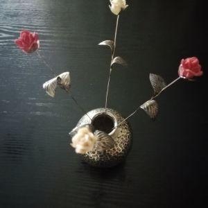 Ασιμένιο βάζω και ασιμένια τριαντάφυλλα.