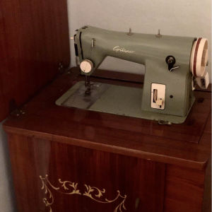 vintage ραπτομηχανή/έπιπλο