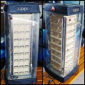 Πωλείται βιτρίνα για αναπτήρες 96 ZIPPO με φως και ηλεκτρική περιστρεφόμενη βαση.