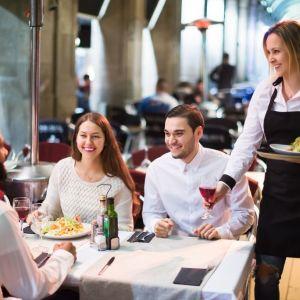 Ζητείται σερβιτόρος-ρα για εργασία στη Γερμανία.