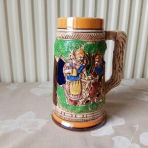 Κούπα μπύρας, πορσελάνης. Ύψος 16 εκατ, διάμετρος βάσης 9,7 εκατοστά και διάμετρος στομίου 7 εκατοστά