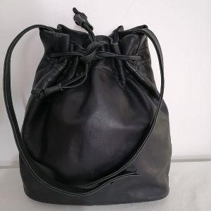 Δερμάτινη, μαύρη τσάντα