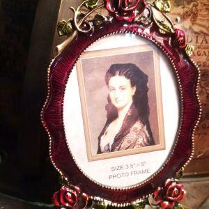 Vintage Χειροποίητη κορνίζα μεταλλική με σκαλιστά τριαντάφυλλα  επισμαλτωμένη με υπέροχα Μπορντό  και πράσινα σμάλτα...Άθικτη!