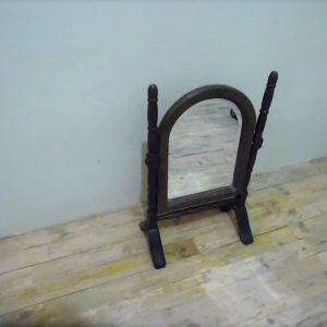 Ανακλινόμενος επιτραπέζιος ξύλινος καθρέφτης.
