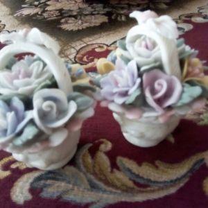 Δύο μικρά, πορσελάνινα διακοσμητικά καλαθάκια.