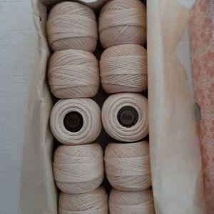 10 κουβαράκια με νήμα για δαντέλες Puppets Νο 60 των 20 gr σε εκρού χρώμα