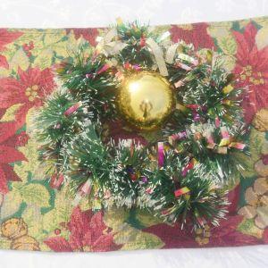 Χριστουγεννιάτικο σουβέρ διακοσμητικό , και στεφάνι χριστουγεννιάτικο με διακόσμηση και μπάλα.