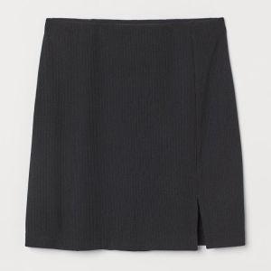 Κοντή ελαστική φούστα από ελαστικό ζέρσεϊ. Κανονική μέση με κρυφό λάστιχο.