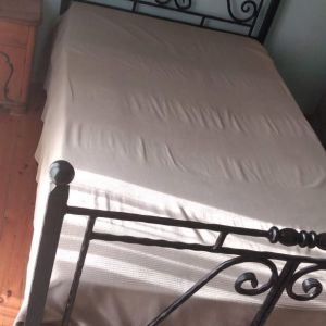 μεταλλικό κρεβάτι με στρώμα