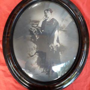 Φωτογραφία αρχών του προηγούμενου αιώνα σε μεγάλη κορνίζα με πομπέ τζάμι.