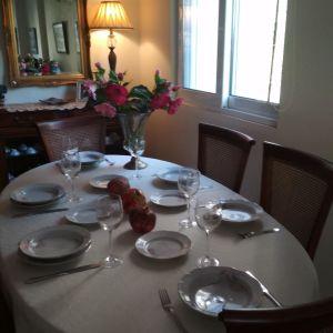 """Σερβίτσιο πορσελάνης """"J. Michel"""" διακοσμημένο  με χρυσό τελείωμα και ροζ άνθη με γκρι φύλλα"""