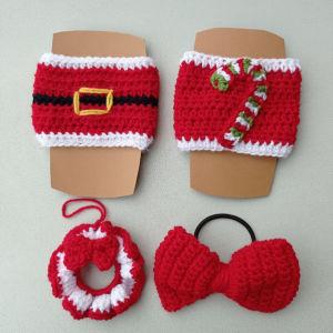 Σετ από τέσσερα χειροποίητα χριστουγεννιάτικα δώρα. Αποτελείται από δύο πλεκτές χριστουγεννιάτικες θήκες ποτηριών, ένα στεφανάκι στολίδι και ένα λαστιχακι κόκκινο φιογκακι.
