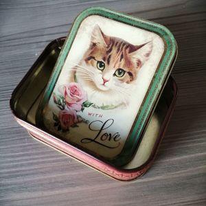 Μεταλλικό κουτάκι δώρου.