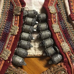 παλιό γιλέκο παραδοσιακής φορεσιάς χρυσοκέντητο με ασημένια κουμπιά διακοσμητικά