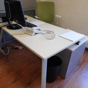 γραφείο μαζί με την καρέκλα