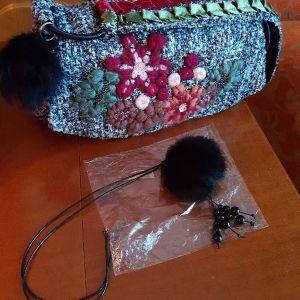 Πωλείται τσάντα υφασμάτινη με κέντημα στην πρόσοψη δίνεται μαζί και μενταγιόν που είναι ζευγάρι δώρο.