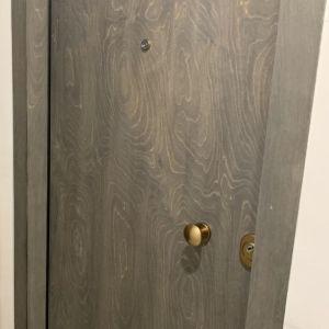 Ολοκαίνουρια εσωτερικη πορτα ασφαλειας με ξυλινη επενδυση θαλασσοξυλου