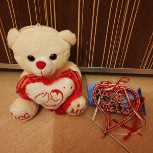 """Σετ δώρου Λούτρινο αρκουδακι και Ξύλινη χειροποίητη καρδιά""""Χρόνια μας πολλά"""" και αυτοκόλλητο τοιχου."""
