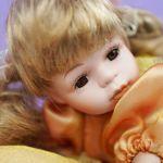Ξαπλωτη πορσελάνινη κούκλα, του κουτιού