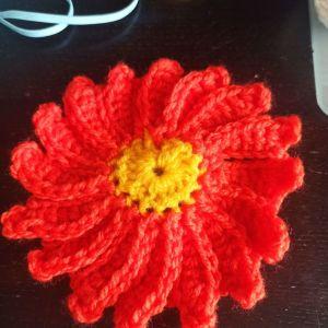 Πλεκτά λουλουδάκια σε πολλά χρώματα