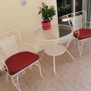 FER FORGE τραπέζι με 4 καρέκλες και τα μαξιλάρια τους