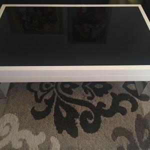 Τραπέζι σαλονιού λευκή λάκα με μαύρο τζάμι