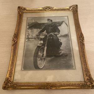 Παλιά χειροποίητη επιχρυσομενη κορνίζα με φωτογραφία μοτοσυκλετιστή εποχής