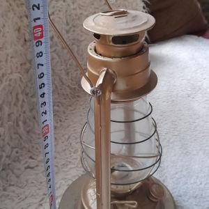 φανάρι εποχής σε χρυσό χρώμα στο μισό μετρο περίπου με ξύλινη σταθερή βάση