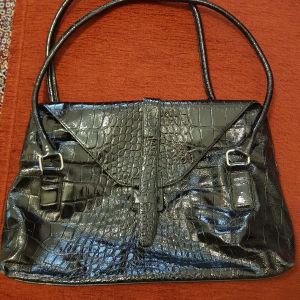 Μαύρη τσάντα στυλ κροκό