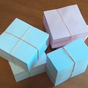 Πωλούνται κύβοι χαρτάκια σημειώσεων (0,60€/tmx) των 500φ.