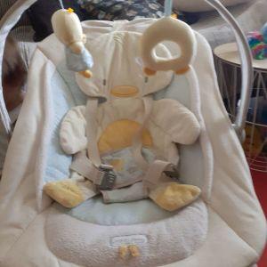 Ρηλαξ  μωρού  σε άριστη  κατάσταση με μουσική , δόνηση  για μασάζ  και μπάρα παιχνιδιων ρυθμιζόμενη ανάλογα με το  ύψος του  μωρού. Όλα τα υφάσματα πλαινονται