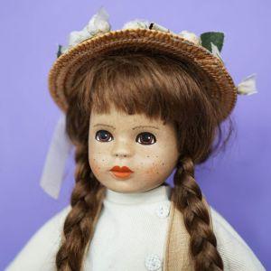 Ψηλή κούκλα από κεραμική πορσελάνη.