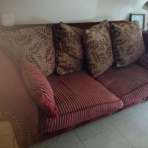 Καναπές με μαξιλάρια