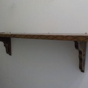 Ξύλινο σκαλιστό ράφι