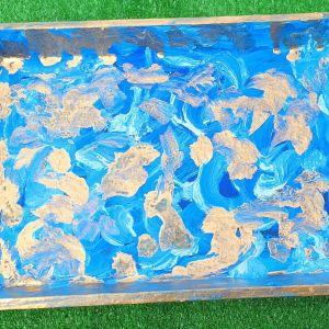 Δυο δισκάκια ξύλινα, ζωγραφισμένα στο χέρι, ιδανικά για σερβίρισμα αλλά και για ντεκόρ, διαστάσεων 30χ21 εκατοστά.