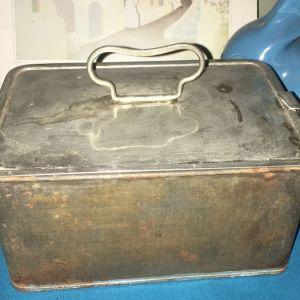 Σιδερένιο κουτί με κούμπωμα,πολύ παλαιο