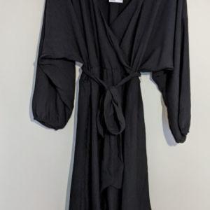 H&M μαύρο φόρεμα με λαστιχο στα μανικια και στη μεση και σχημα 'v' στο λαιμό.