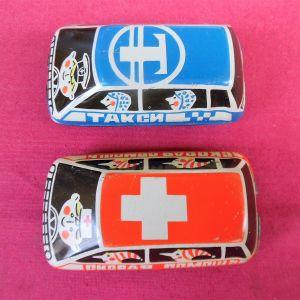 Δύο τσίγκινα αυτοκινητάκια- παιχνίδια της δεκαετίας του '70.