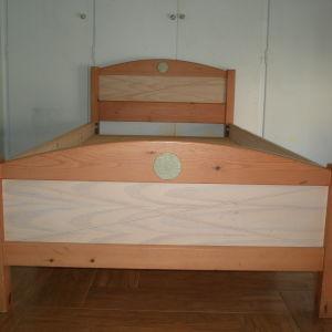 Κρεβάτι από ξύλο πεύκου μασίφ και σετ ράφια.