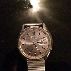 Πωλείται το πολύ καλό ρολόι χειρός seiko 5 automatic 7009-4040