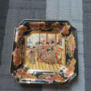 SATSUMA πορσελάνη.Πολλών χρόνων.Πανέμορφο πιάτο σε άψογη κατάσταση.19,5 × 19,5 εκ.Υψος 3 εκ.Αθηνα.