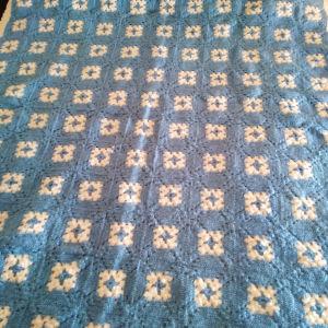Χειροποίητη μάλλινη κουβερτα πλεκτη με βελονάκι 150×200