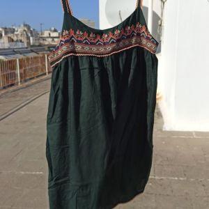 Σκούρο πράσινο φόρεμα με κέντημα