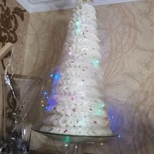 χειροποίητο χριστουγεννιάτικο δένδρο με χρωματιστά λαμπάκια