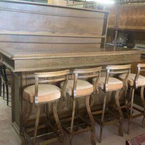 Δρύινο μπαρ με 4 σκαμπό από μασίφ ξύλο!