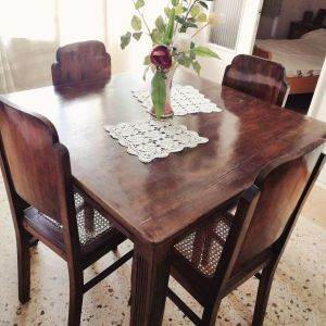 Τραπέζι με καρέκλες