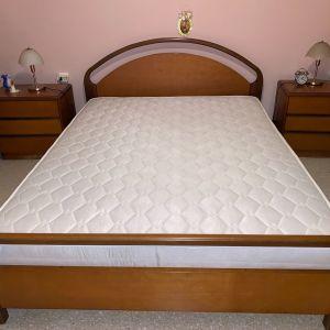 Κρεβάτι, στρώμα και δυο κομοδίνα