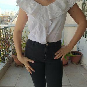 Λευκή μπλούζα με ωραίες λεπτομέρειες κεντητές