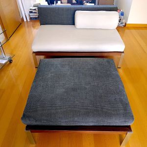 Interni διθέσιος καναπές και τραπεζάκι με μαξιλάρι