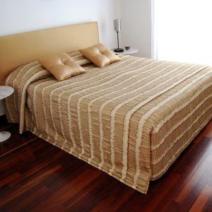 Κρεβάτι Υπέρδιπλο με Στρώμα, Ανώστρωμα, Κουβερλί και Δώρο Κουρτίνα